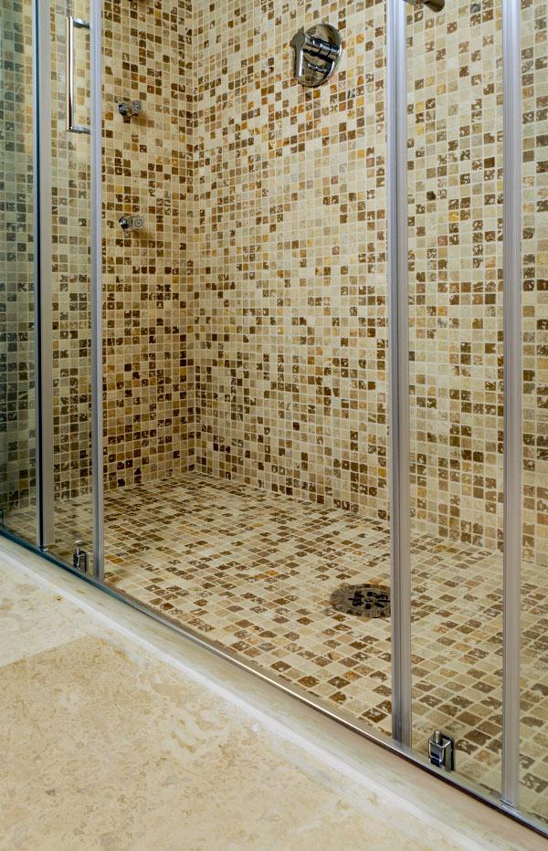 Doccia in mosaico di travertino per hotel