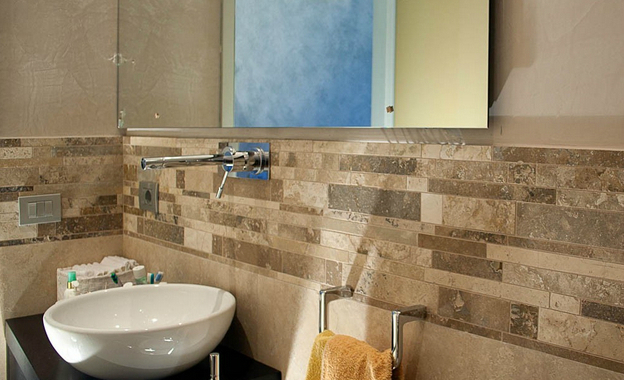 http://www.mosaicibagno.com/wp-content/uploads/2014/07/bagno-bello-con-mosaico-in-travertino.jpg