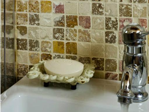 mosaico in pietra naturale per bagno