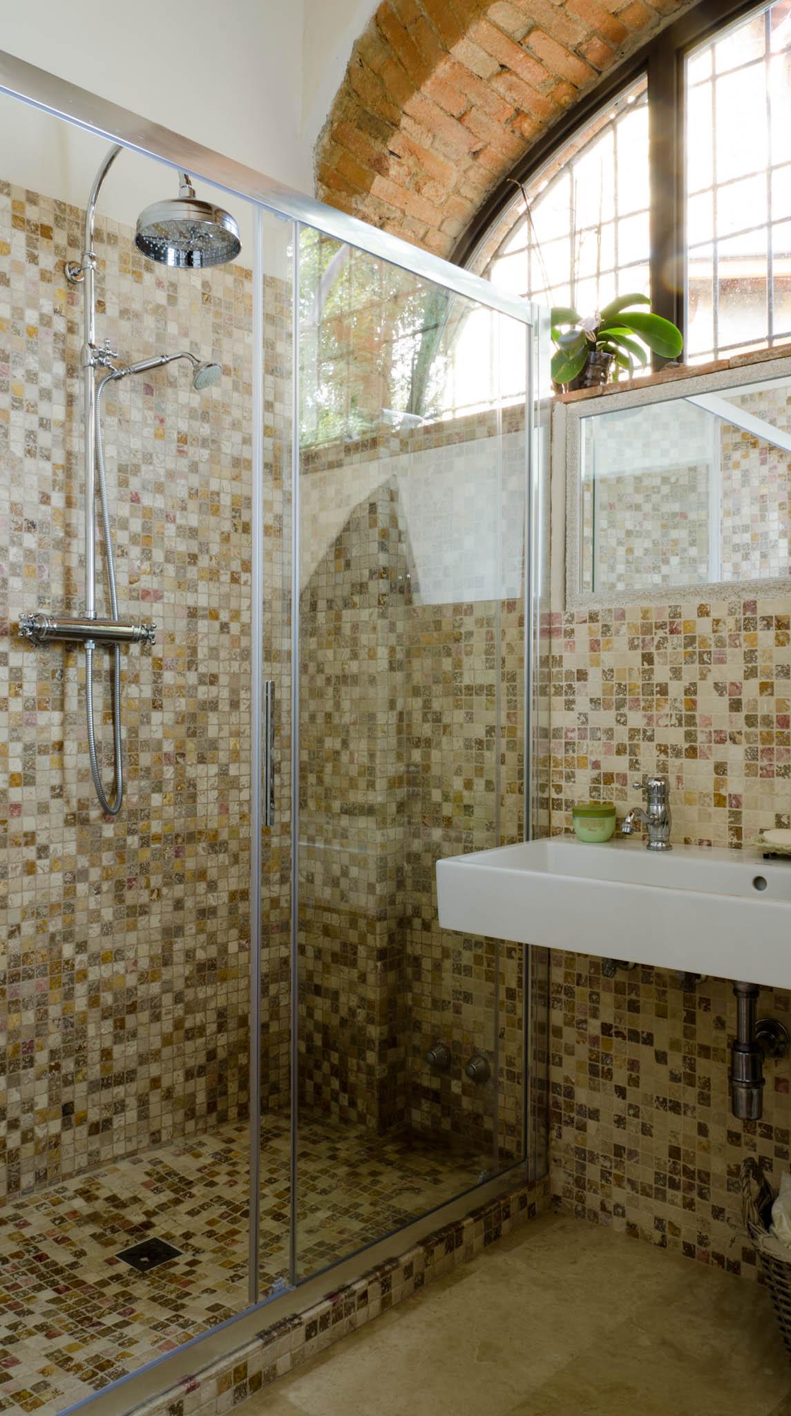 Scegli il mosaico in pietra naturale mosaici bagno by for Mosaici in marmo per pavimenti