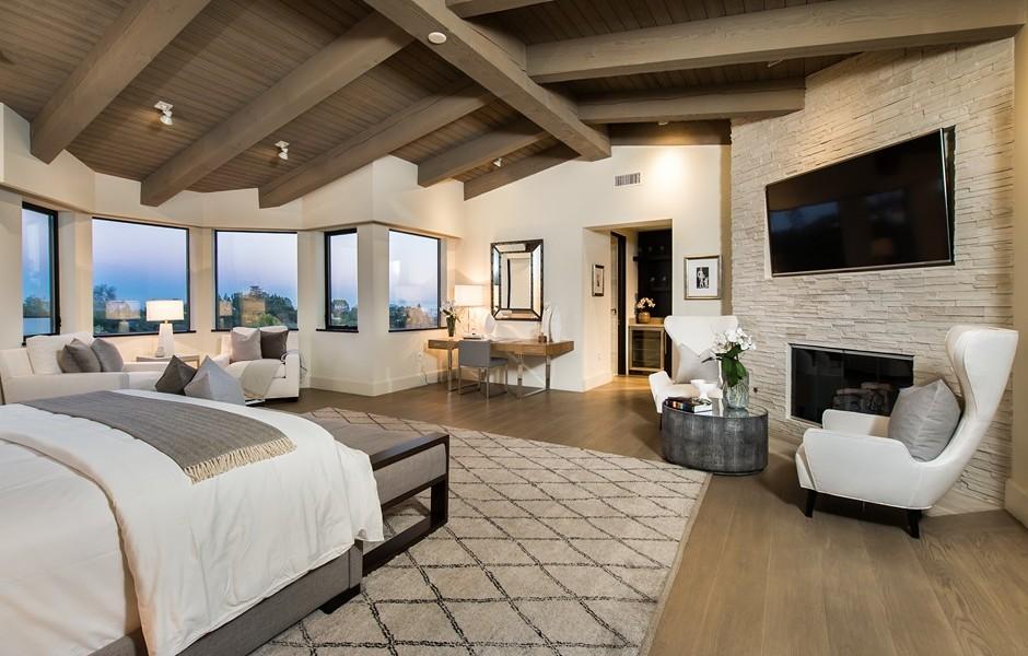 camera da letto con parete a spacco pietra travertino villa finitura