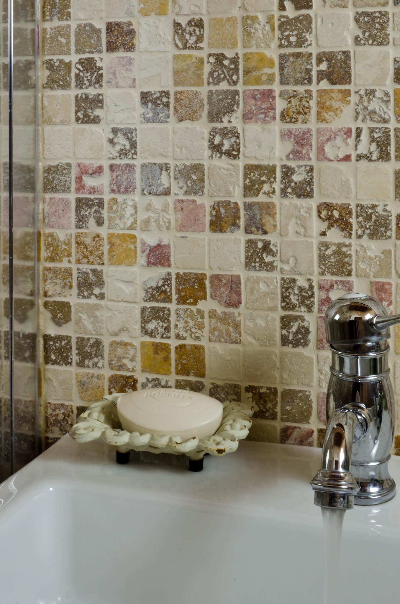 Rivestimenti a mosaico per il bagno mosaici bagno by pietre di rapolano - Piastrelle pietra bagno ...