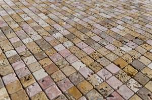 Mosaico-in-travertino-per-bagno-600x397