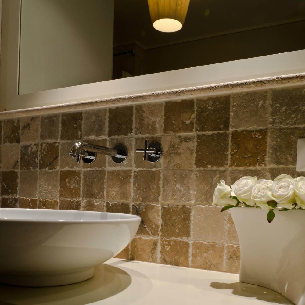 mosaico in travertino quadrato tessere bagno