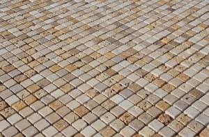 Rivestimento-a-mosaico-per-bagno-in-travertino-600x394