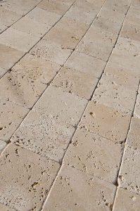 mosaico-10-10-ciottolo-anticato-travertino-tessere-quadrate
