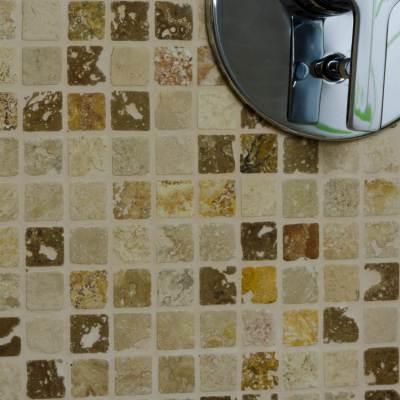 Mosaico-in-travertino-su-rete-rustico
