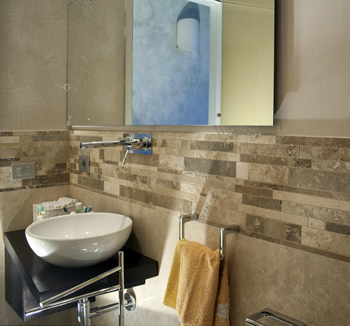 mosaico geometrico travertino decorazione bagno