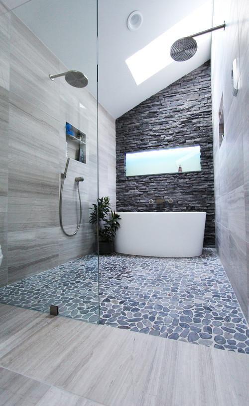 bagno minimale bianco con mosaico a spacco nero