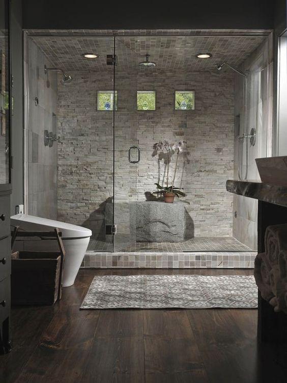 bagno con doccia doppia elegante e rivestimento mosaico a spacco