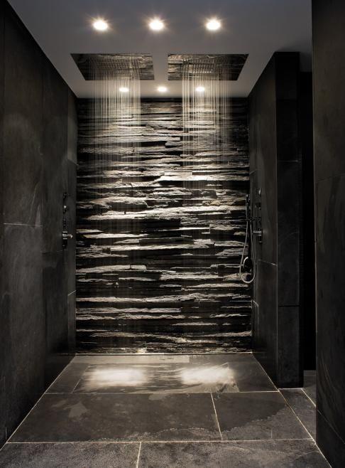 rivestimento doccia a mosaico scuro con finitura spacco rustica